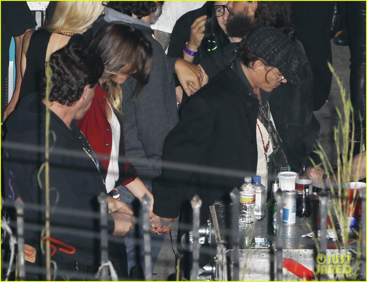johnny depp amber heard hold hands at rolling stones concert 01