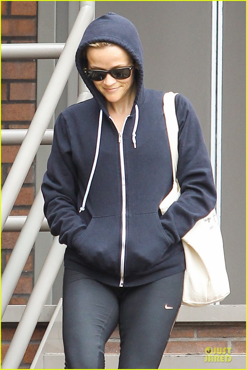 reese witherspoon retail therapy after morning workout 042889897