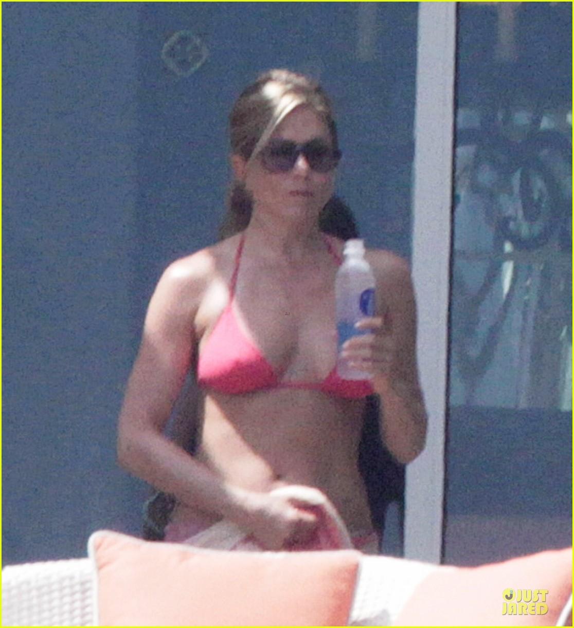 bikini clad jennifer aniston los cabos with shirtless justin theroux 032934524