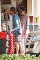 julia roberts nesstand shopper with danny moder 02