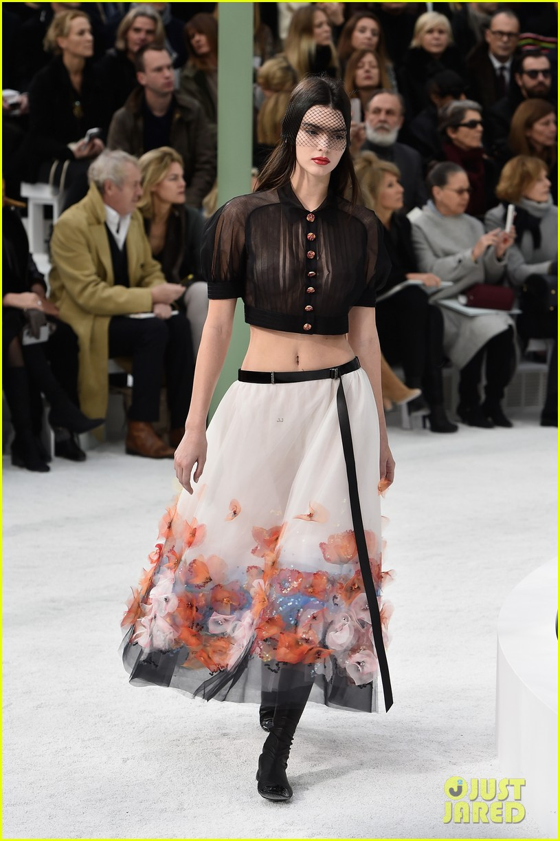 kendall jenner braless karl lagerfield fashion show 083289669