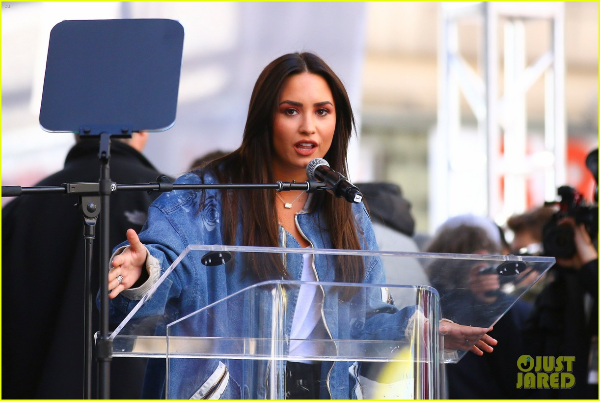 miley cyrus gina rodriguez and barbra streisand stand together at womens march 05