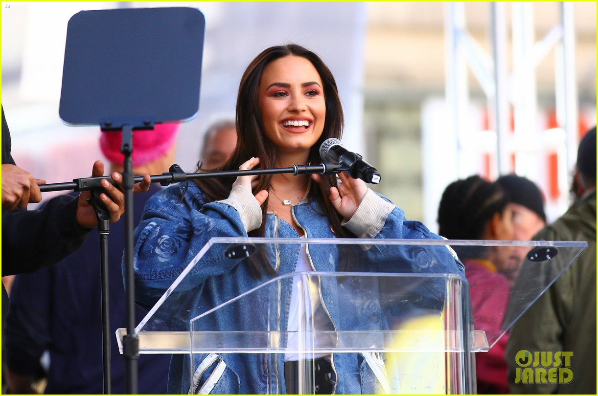 miley cyrus gina rodriguez and barbra streisand stand together at womens march 163845868