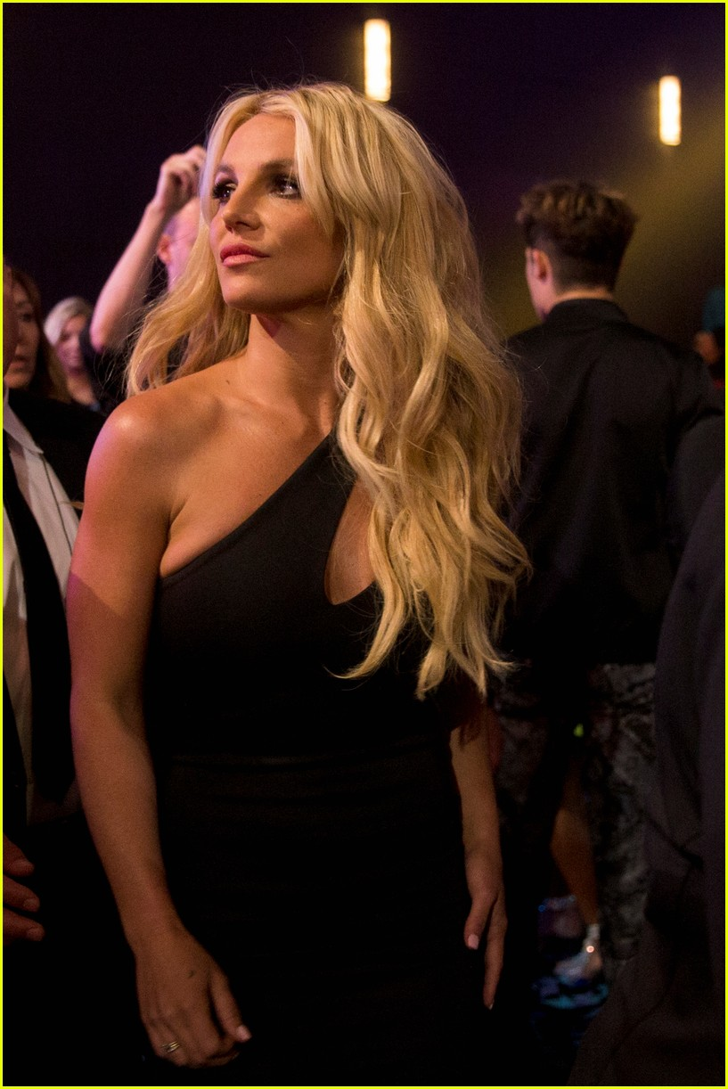britney-spears-receives-first-icon-award