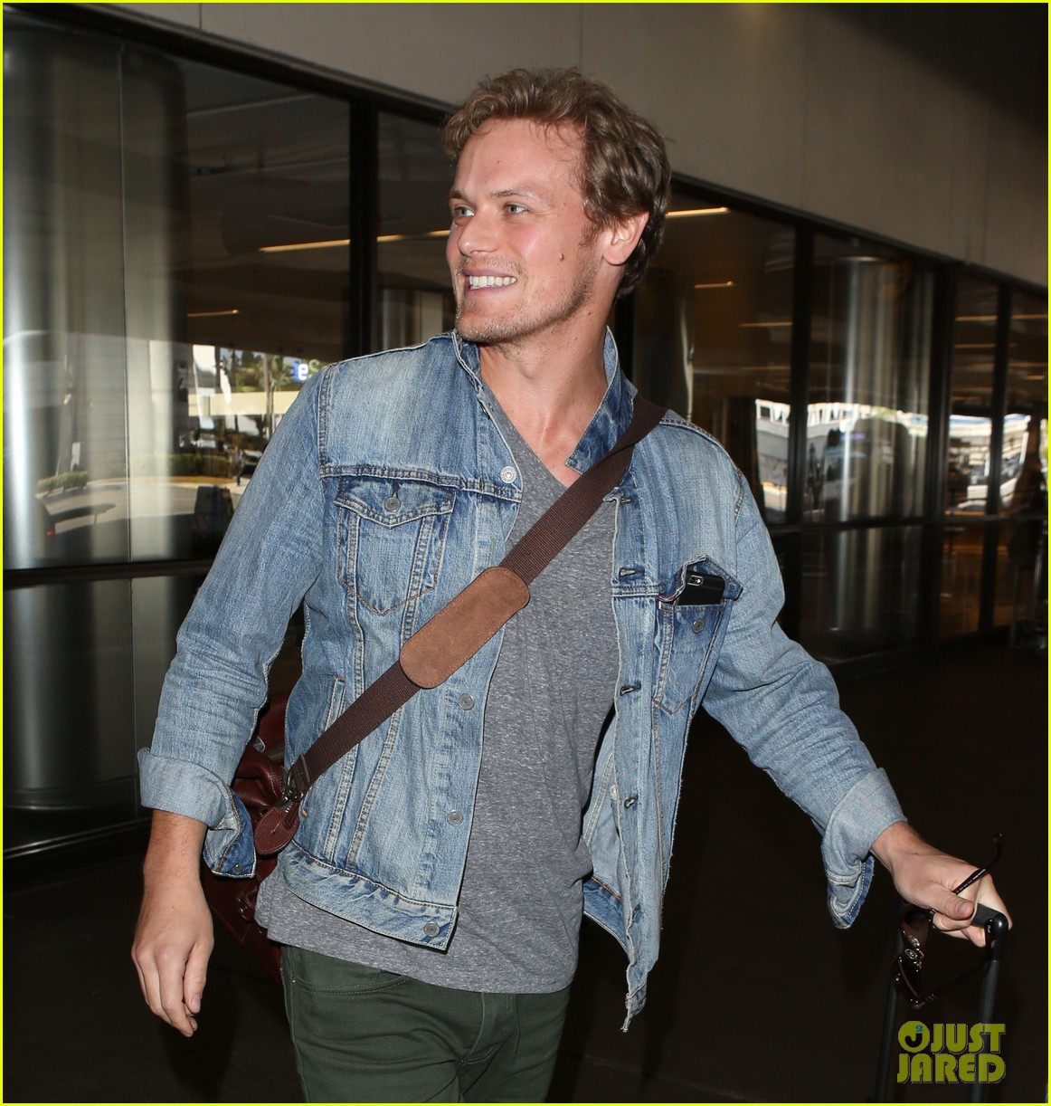 sam heughan greets his fans upon arrival in san diego 023931068