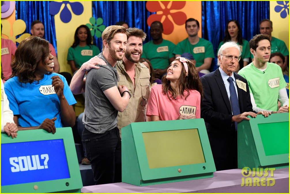 miley cyrus is joined by fiance liam hemsworth on snl watch now 013982487
