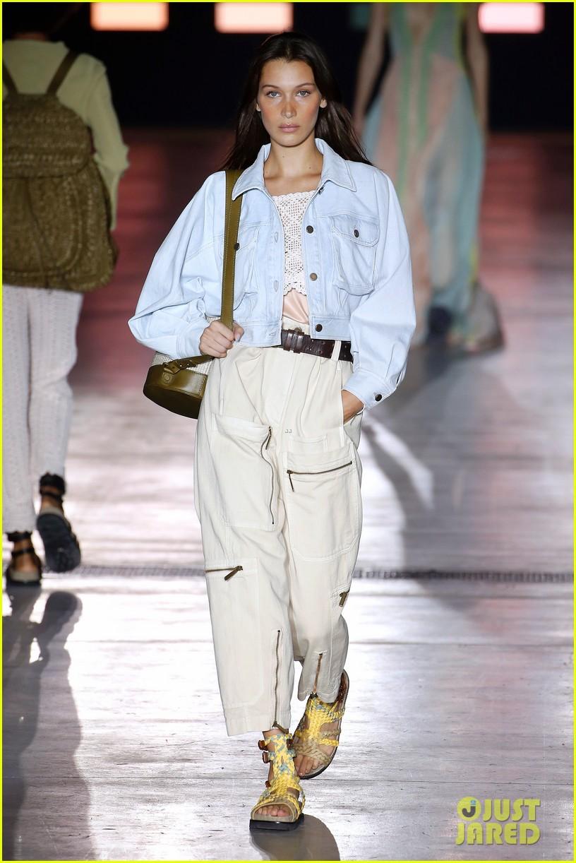 gigi hadid bella hadid alberta ferretti fashion show 024149998