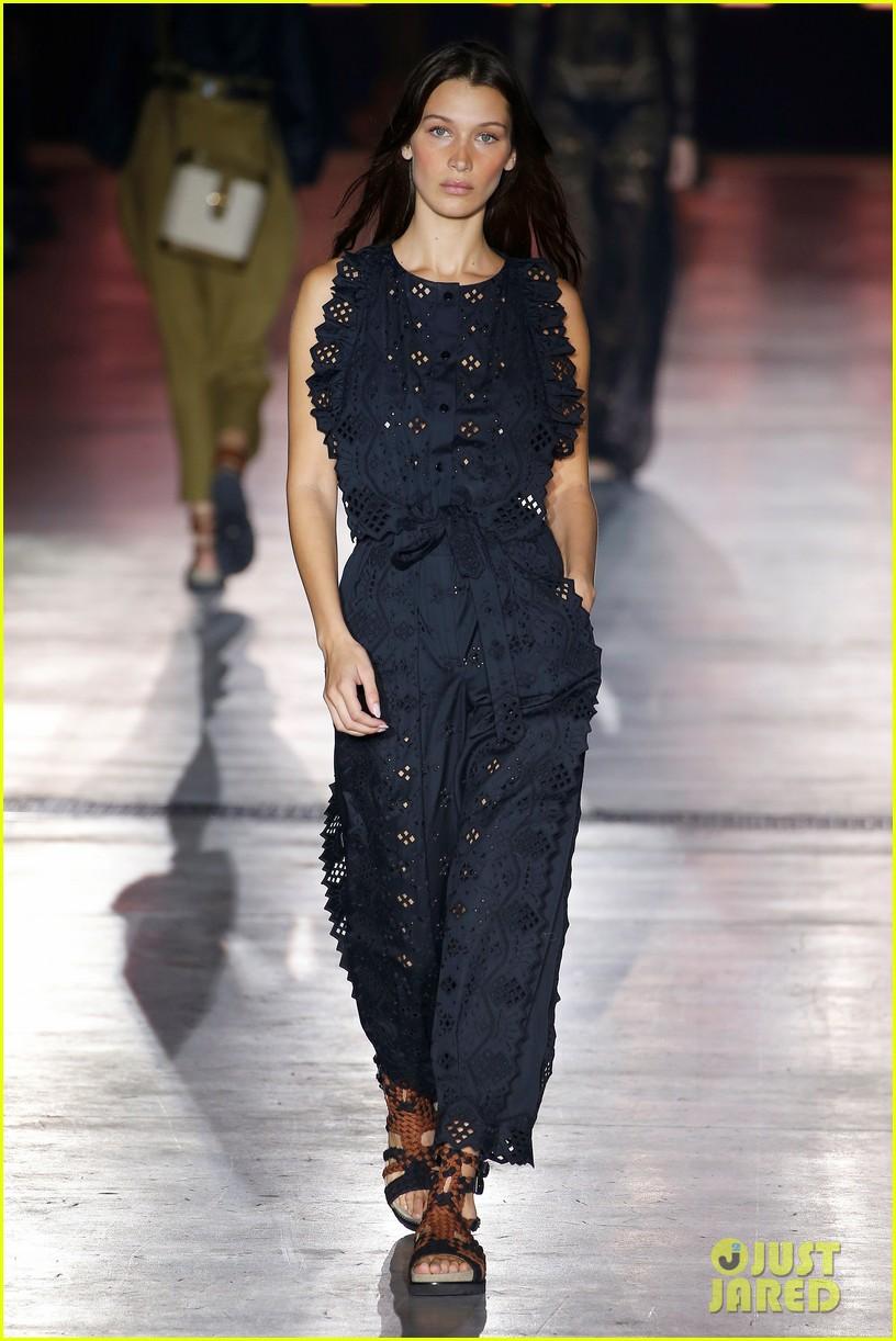 gigi hadid bella hadid alberta ferretti fashion show 054150001