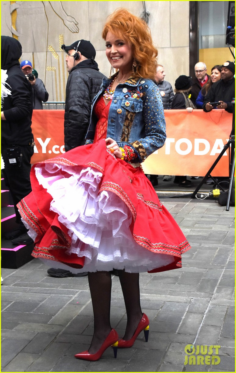 today show hosts show off their 80s inspired halloween costumes 284173884