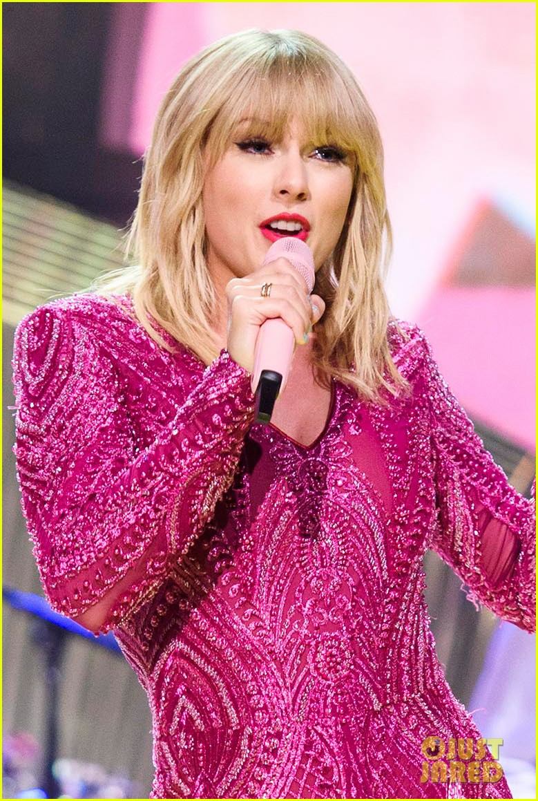 taylor swift performs new song me on graham norton show 064297466