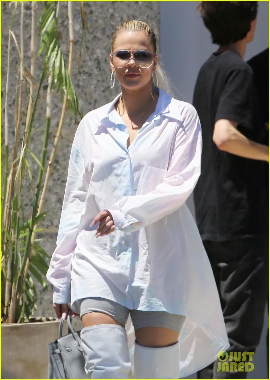 kim khloe kardashian step out for kanye west sunday service 024322025