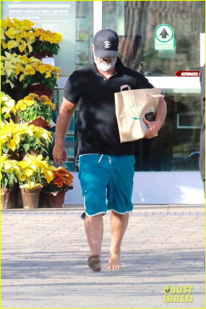 mel gibson went barefoot while shopping 024390757
