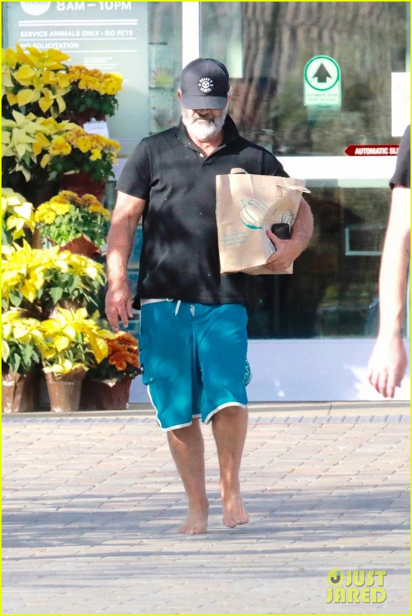 mel gibson went barefoot while shopping 044390759