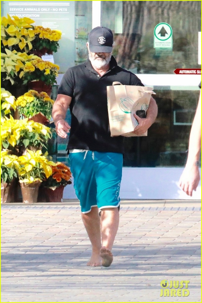 mel gibson went barefoot while shopping 064390761