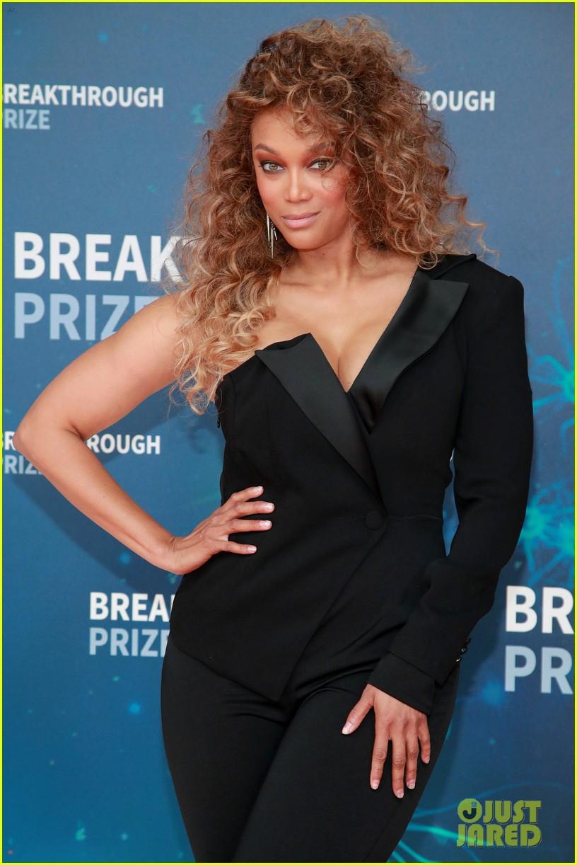 karlie kloss adriana lima go glam for breakthrough prize 044381876