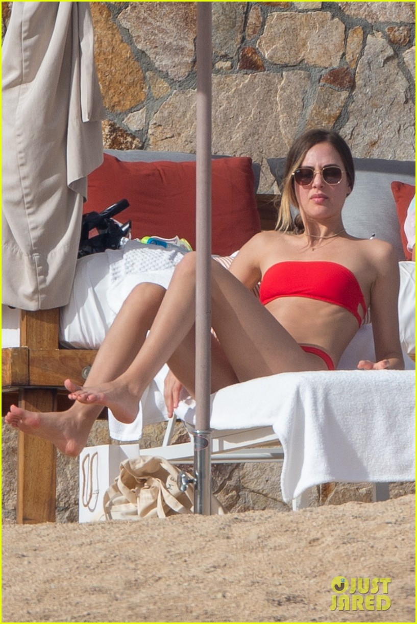 tobey macguire girlfriend holiday vacation 024407351