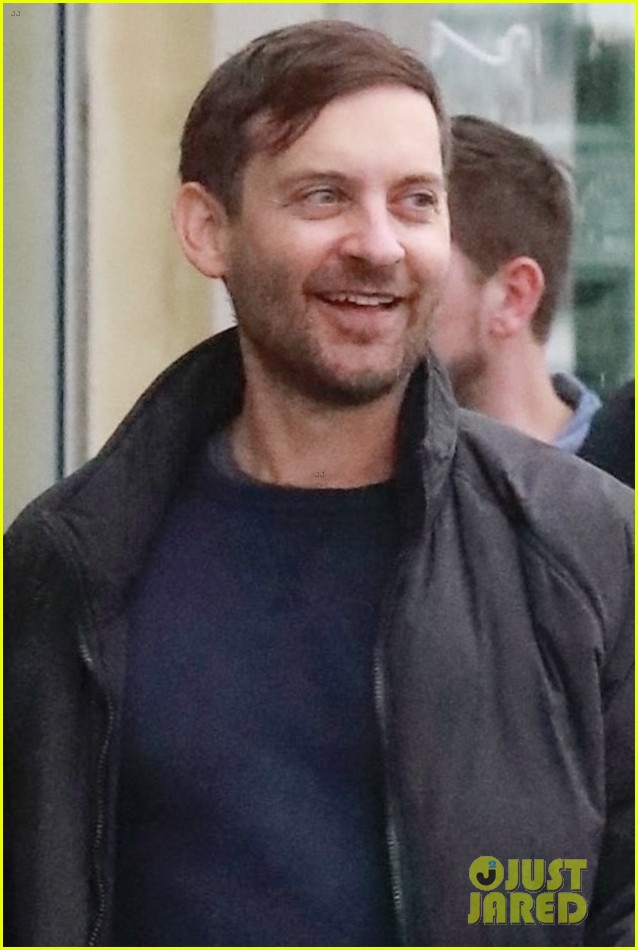 tobey maguire tatiana dieteman cant stop laughing during lunch date 014449454