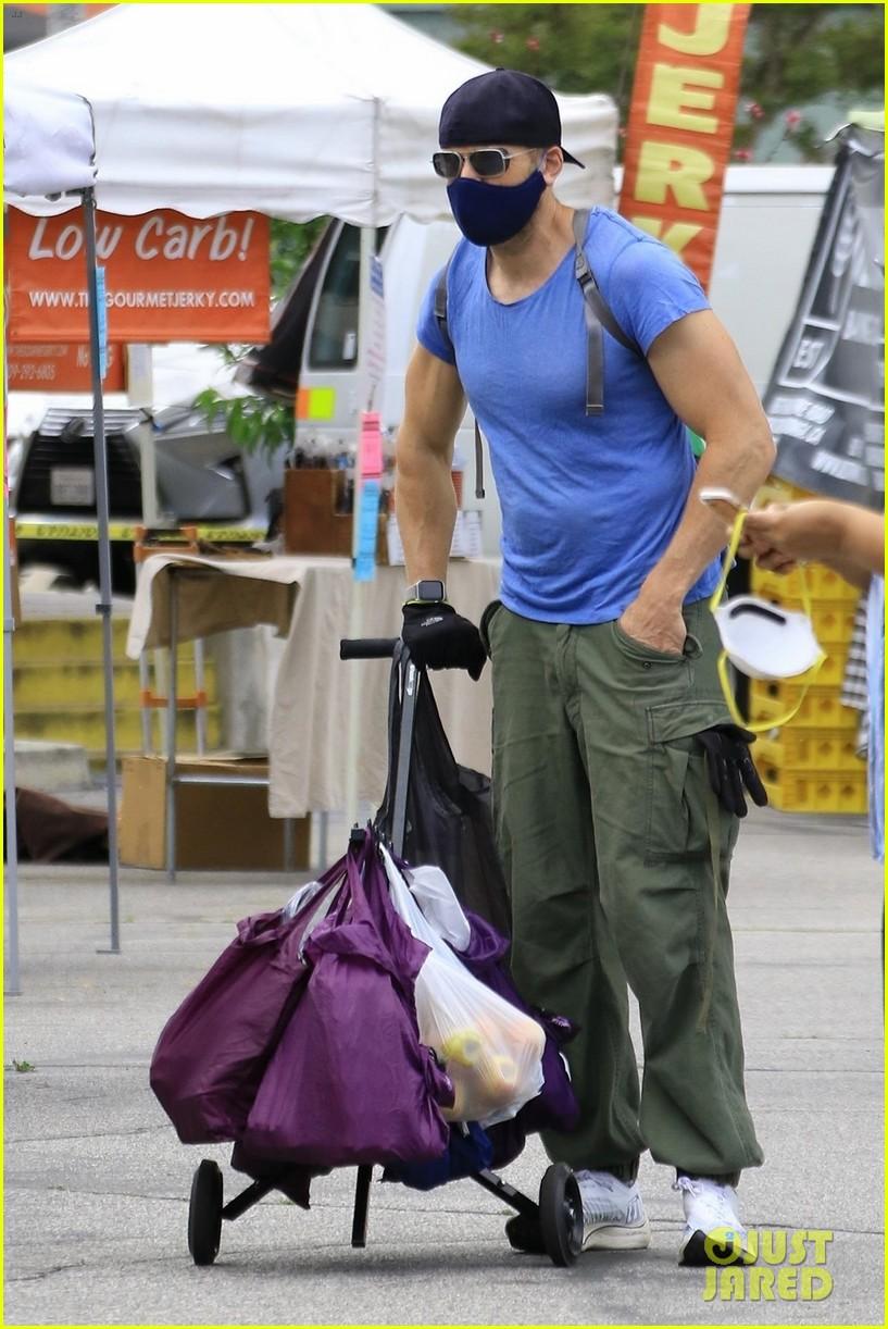joel mchale buff biceps at farmers market 024454974