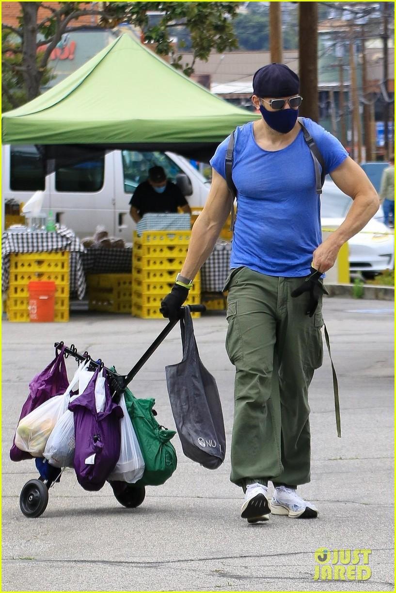 joel mchale buff biceps at farmers market 424455014