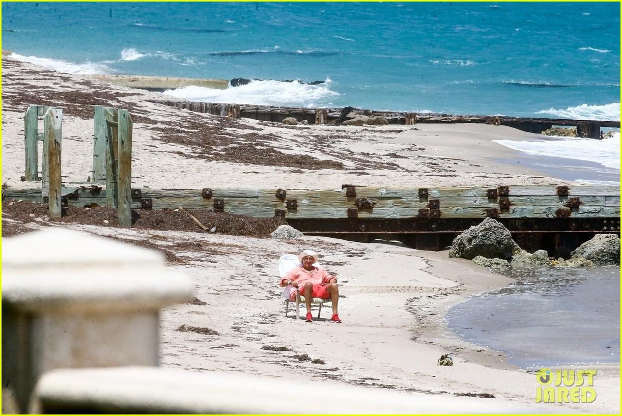rod stewart sitting on the beach 024454232