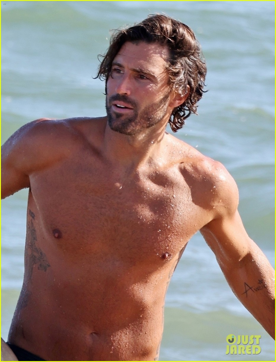 brody jenner shows off fit body going shirtless at the beach 024469908