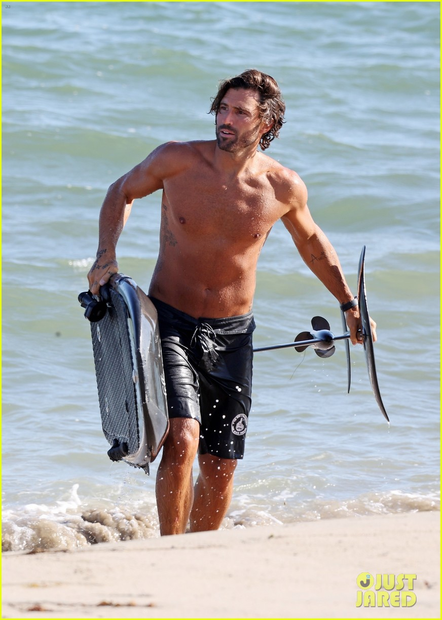 brody jenner shows off fit body going shirtless at the beach 05