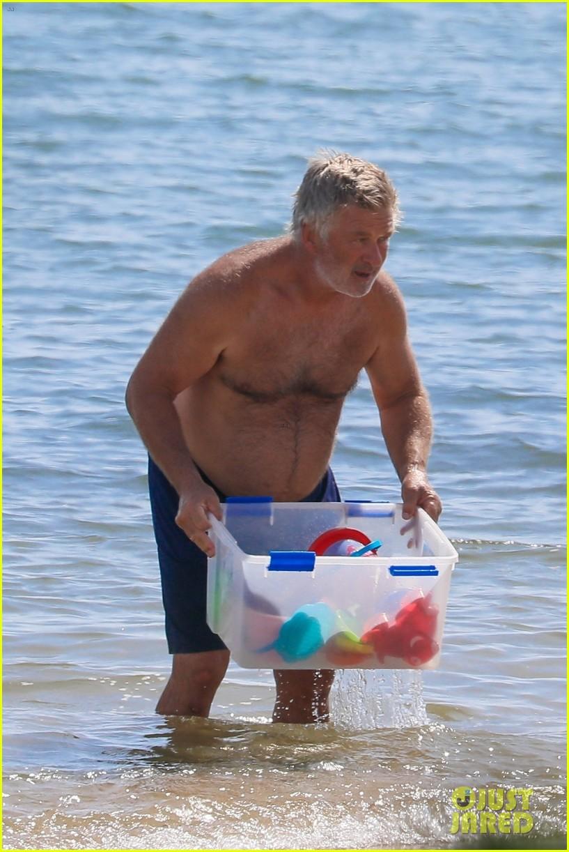 alec baldwin pregnant wife hilaria baldwin beach in hamptons 064473252