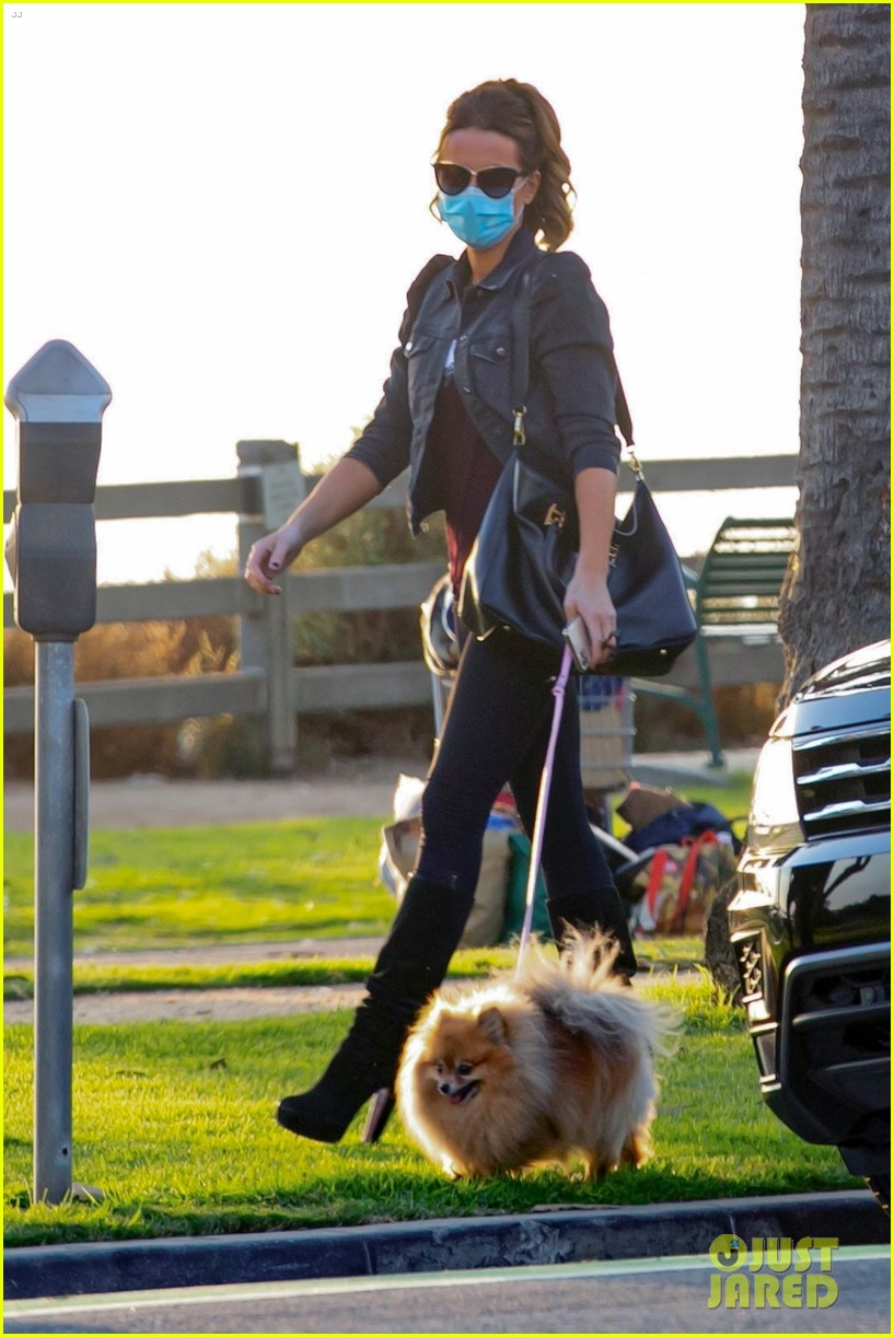 newly single kate beckinsale out with her dog 014495725