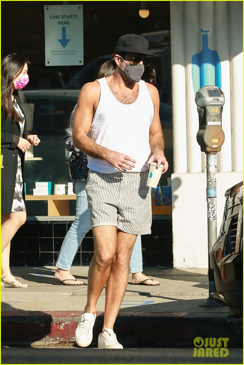 zachary quinto shows off toned arms while on coffee run 01
