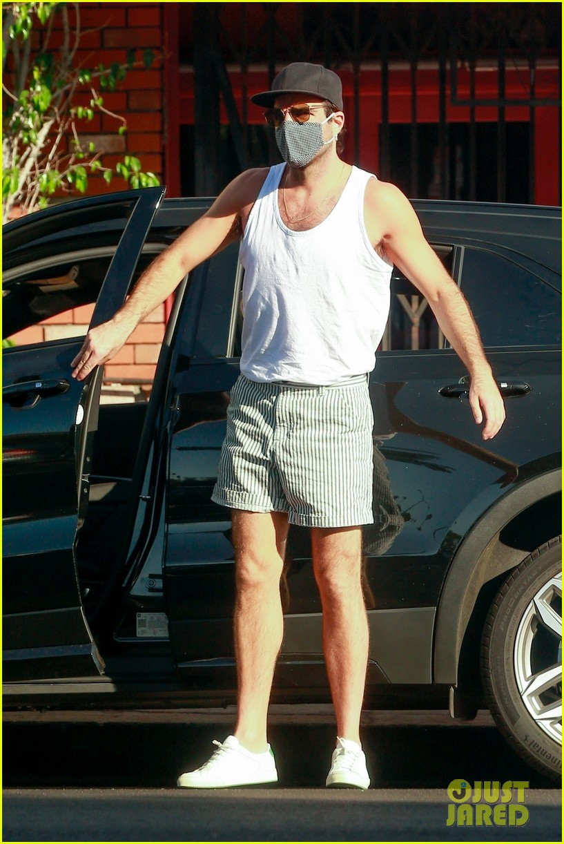 zachary quinto shows off toned arms while on coffee run 034498017