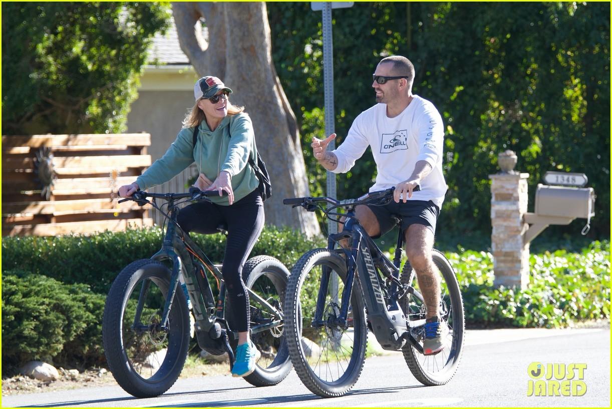 robin wright bike ride with husband 054504867