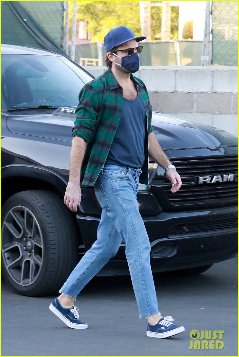 zachary quinto bares some skin on coffee run 064505151