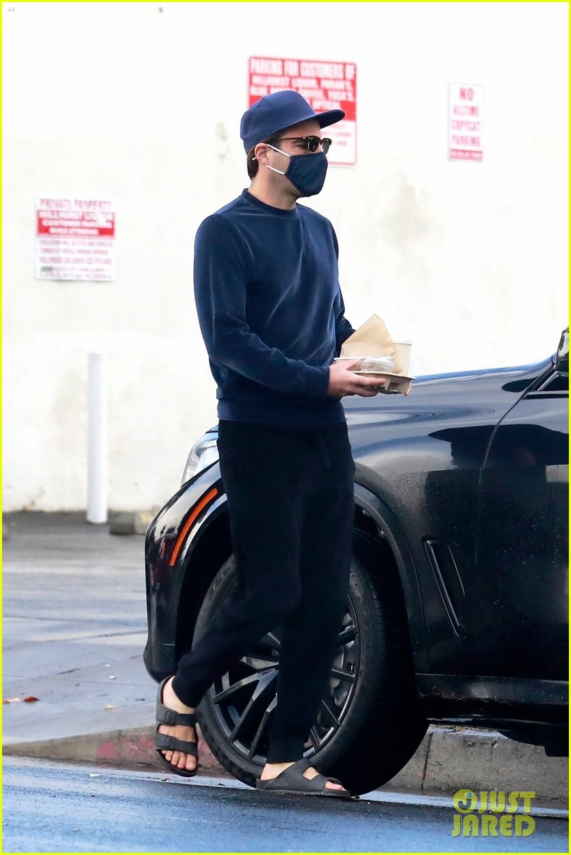 zachary quinto cool in blue picking up breakfast 014512427