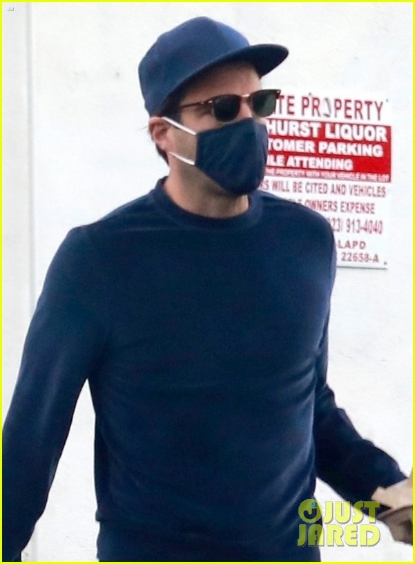 zachary quinto cool in blue picking up breakfast 064512432