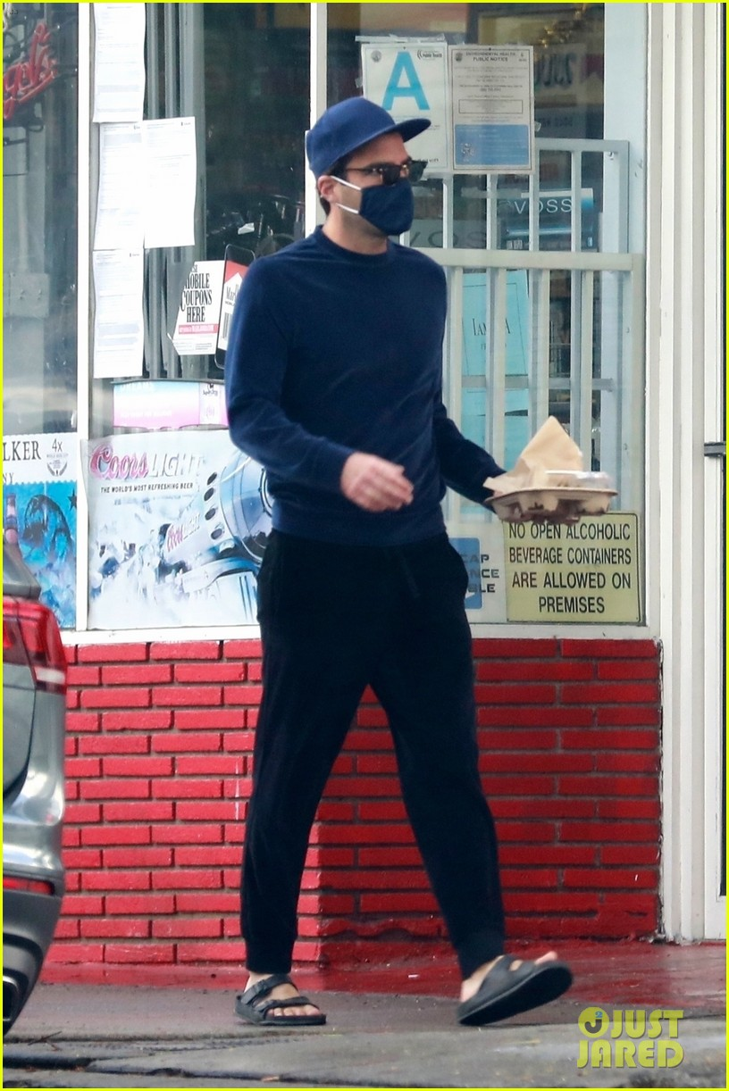 zachary quinto cool in blue picking up breakfast 074512433