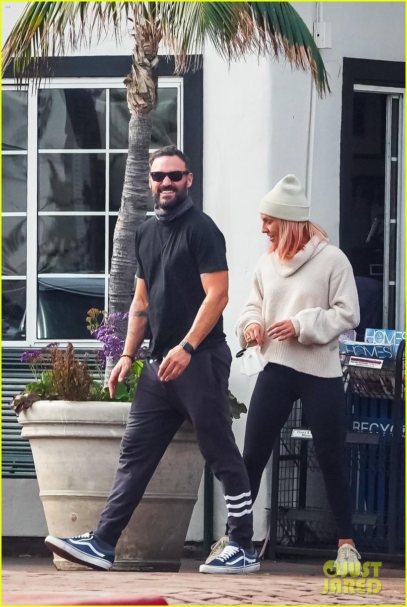 brian austin green sharna burgess couple up running errands 014521146