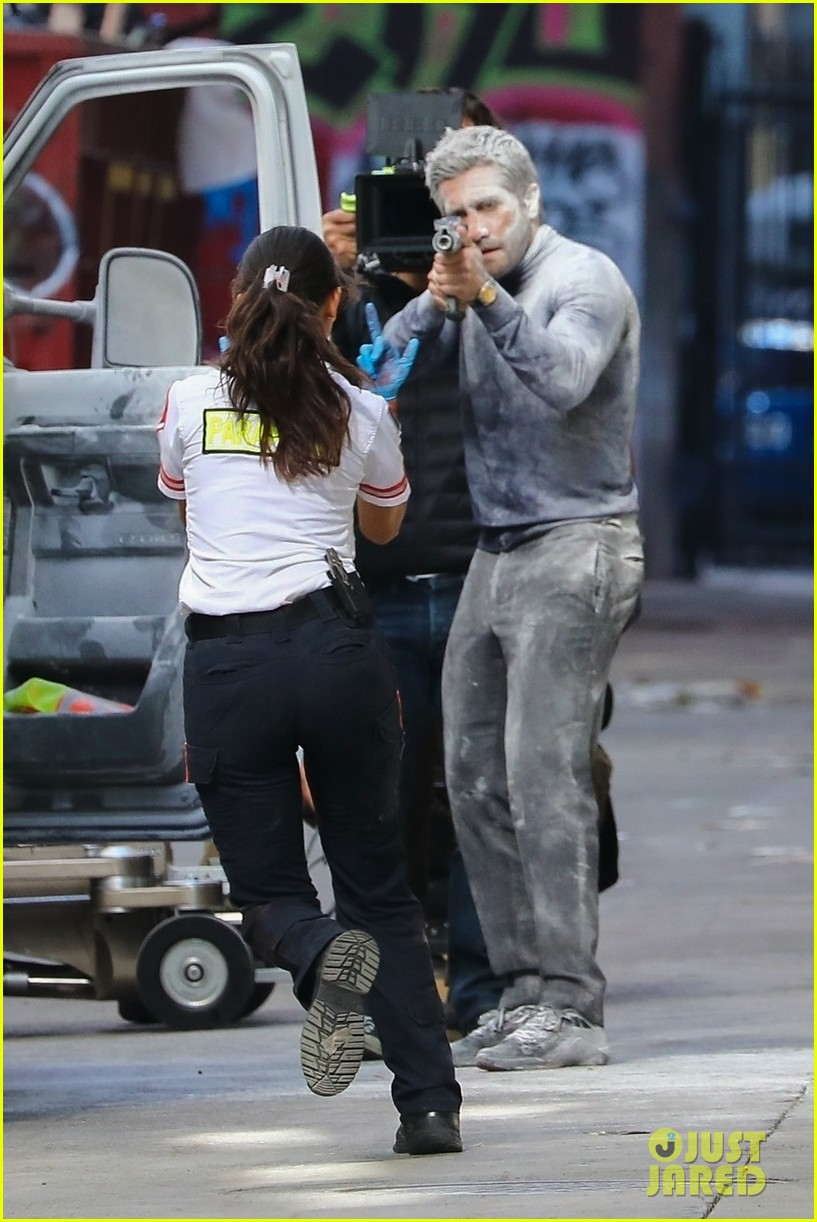 jake gyllenhaal aims gun at eiza gonzalez ambulance scene 014522082