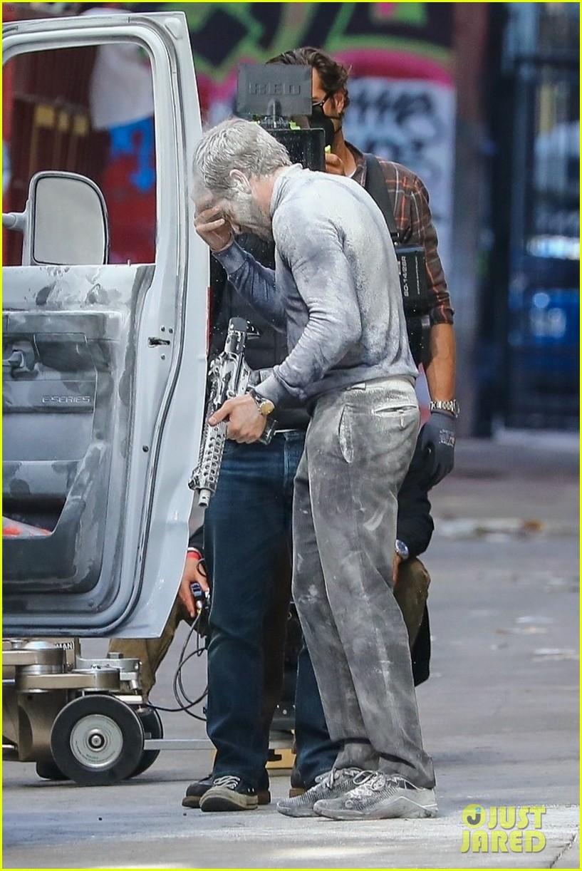 jake gyllenhaal aims gun at eiza gonzalez ambulance scene 024522083