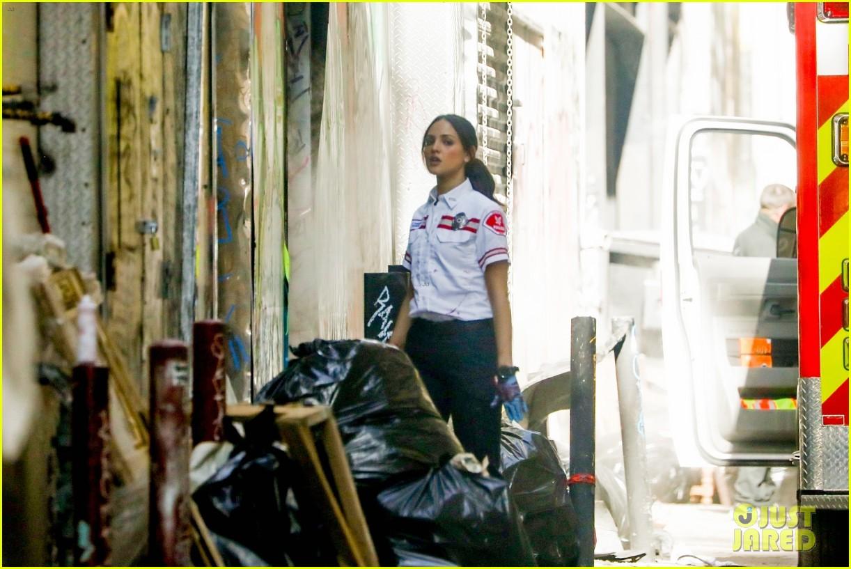 jake gyllenhaal aims gun at eiza gonzalez ambulance scene 034522084