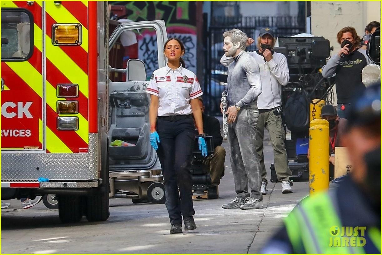 jake gyllenhaal aims gun at eiza gonzalez ambulance scene 044522085