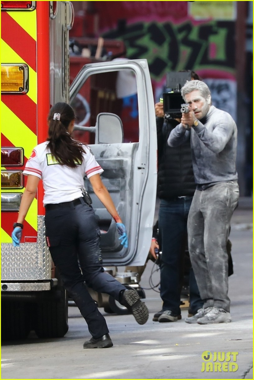 jake gyllenhaal aims gun at eiza gonzalez ambulance scene 064522087