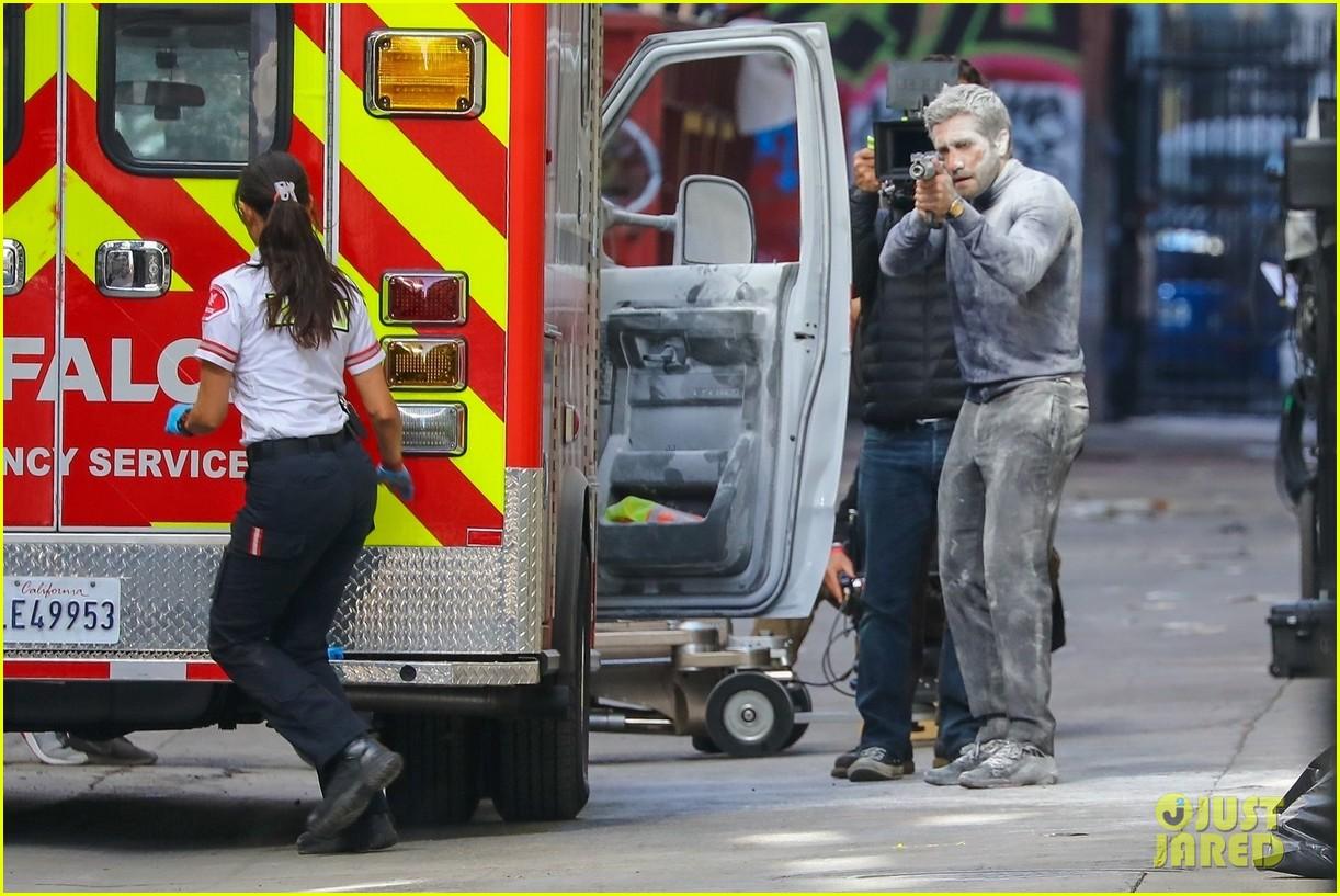 jake gyllenhaal aims gun at eiza gonzalez ambulance scene 074522088