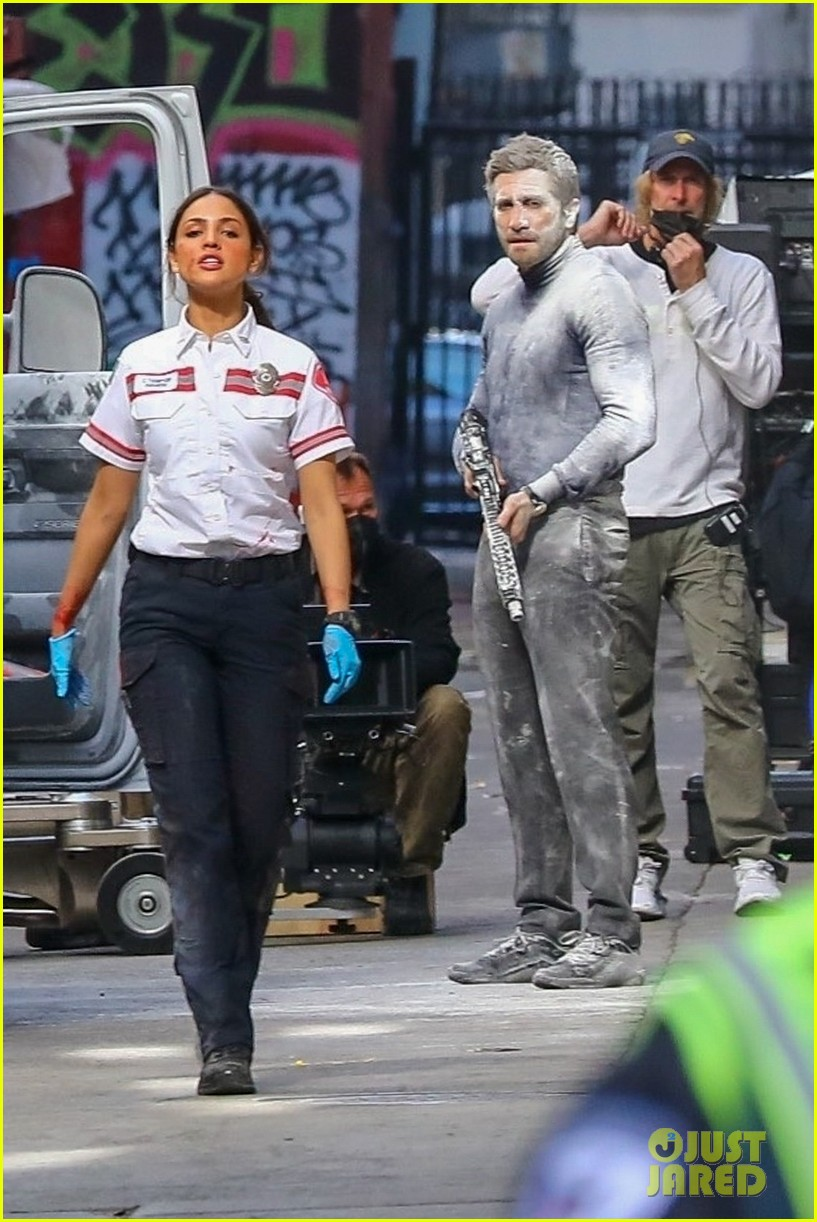 jake gyllenhaal aims gun at eiza gonzalez ambulance scene 084522089
