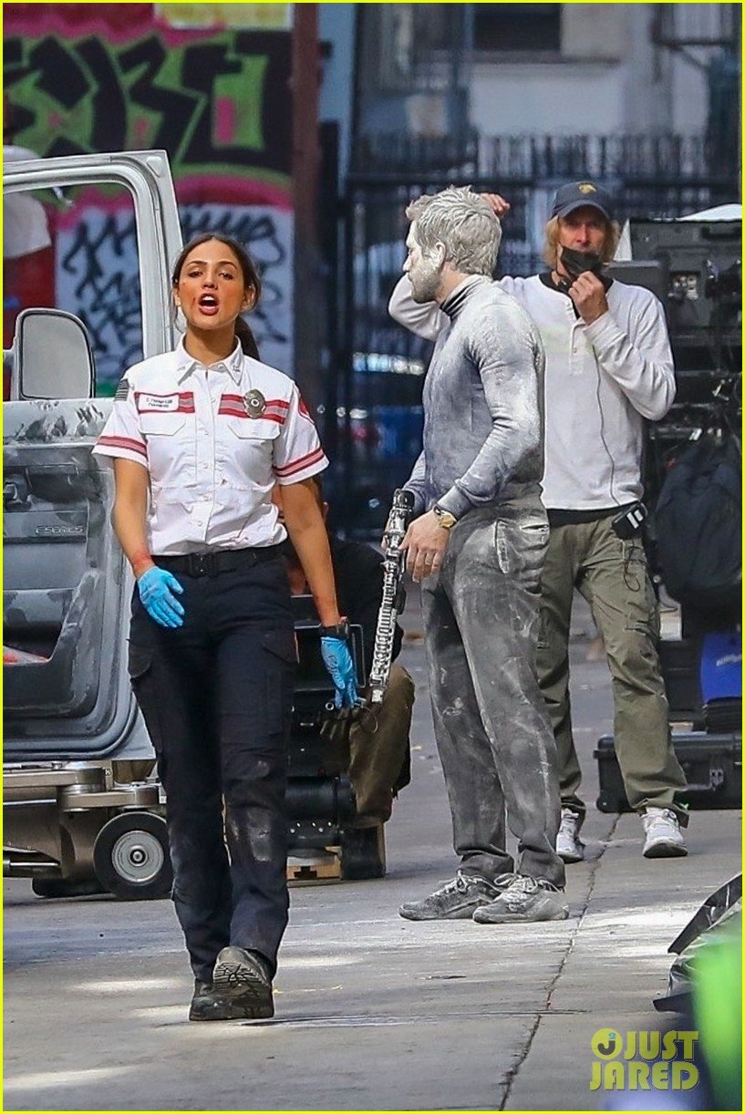 jake gyllenhaal aims gun at eiza gonzalez ambulance scene 104522091