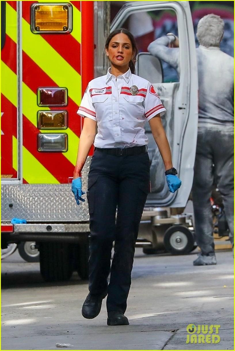 jake gyllenhaal aims gun at eiza gonzalez ambulance scene 114522092