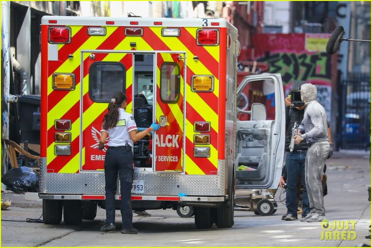 jake gyllenhaal aims gun at eiza gonzalez ambulance scene 124522093