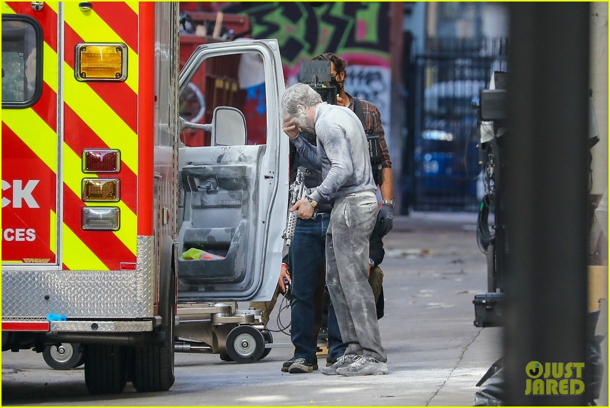 jake gyllenhaal aims gun at eiza gonzalez ambulance scene 144522095