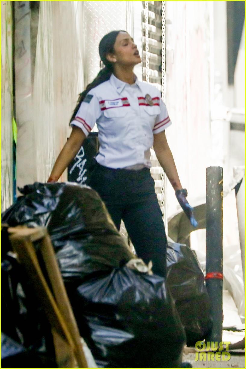 jake gyllenhaal aims gun at eiza gonzalez ambulance scene 154522096