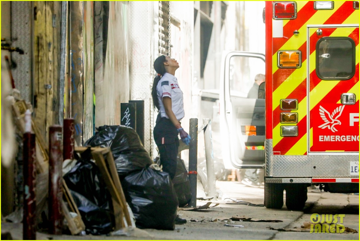 jake gyllenhaal aims gun at eiza gonzalez ambulance scene 164522097