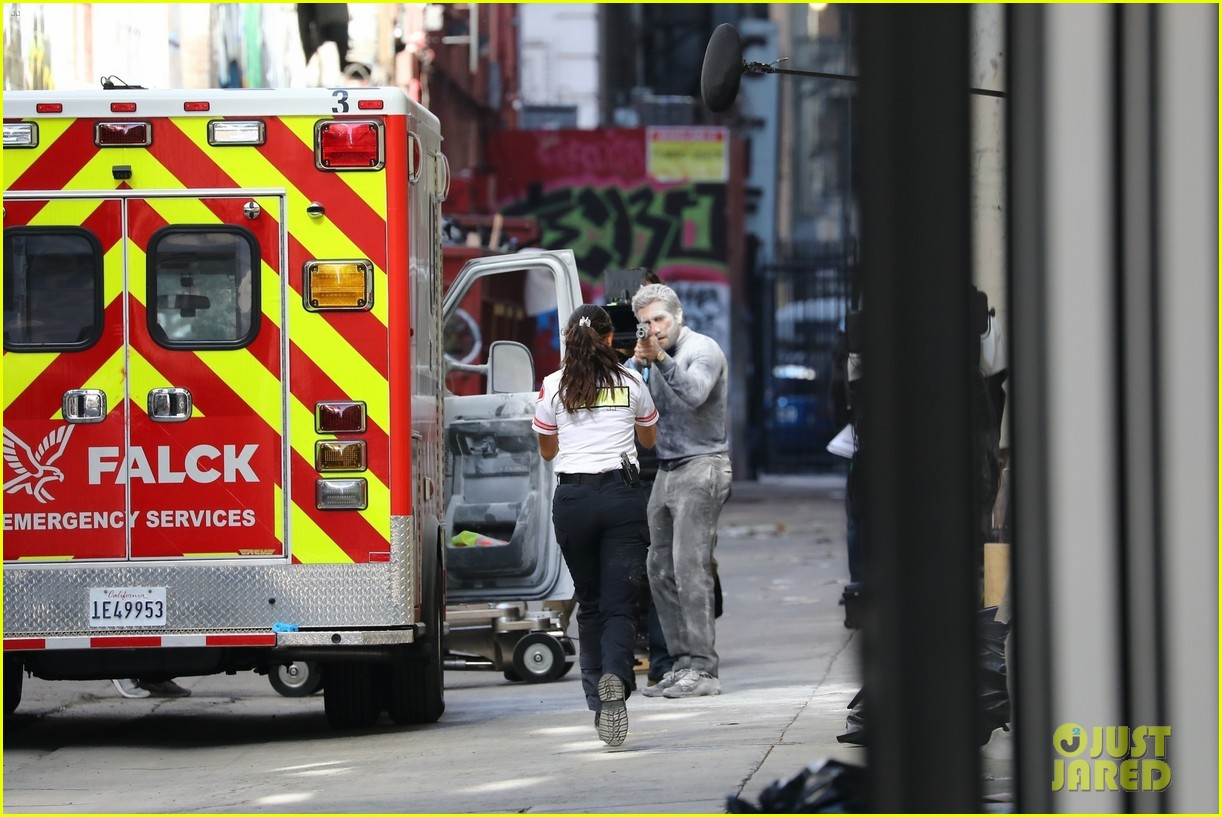 jake gyllenhaal aims gun at eiza gonzalez ambulance scene 174522098